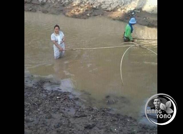 Nyirib ikan di sungai Ciasem bendungan Macan, Dusun Gardu, Pagaden Barat, Subang