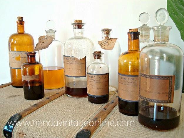 Botellas antiguas de cristal soplado para decoración. Botes de farmacia y boticario