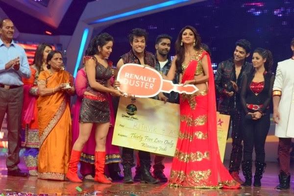 Shilpa Shetty giving the winning award (keys and check) to Asha and Rithvik, the winners of Nach Baliye 6