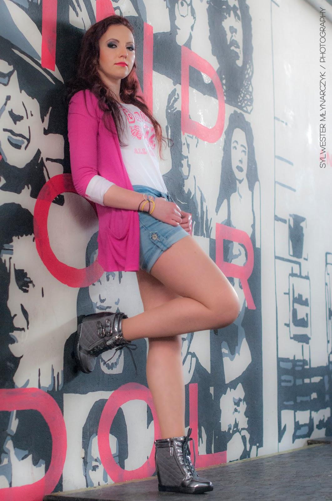 5.03.17 Szarne Sneakersy na koturnie, biała bluza, jeansowe szorty, różowa fuksja narzutka, gumowe bransoletki