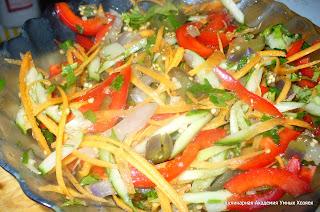 добавить в салат масло и уксус