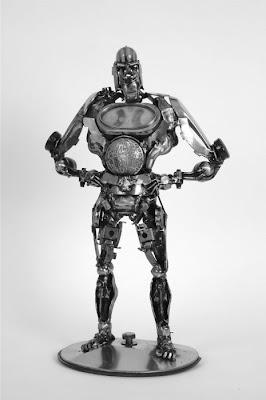 Robot hecho con partes de auto recicladas