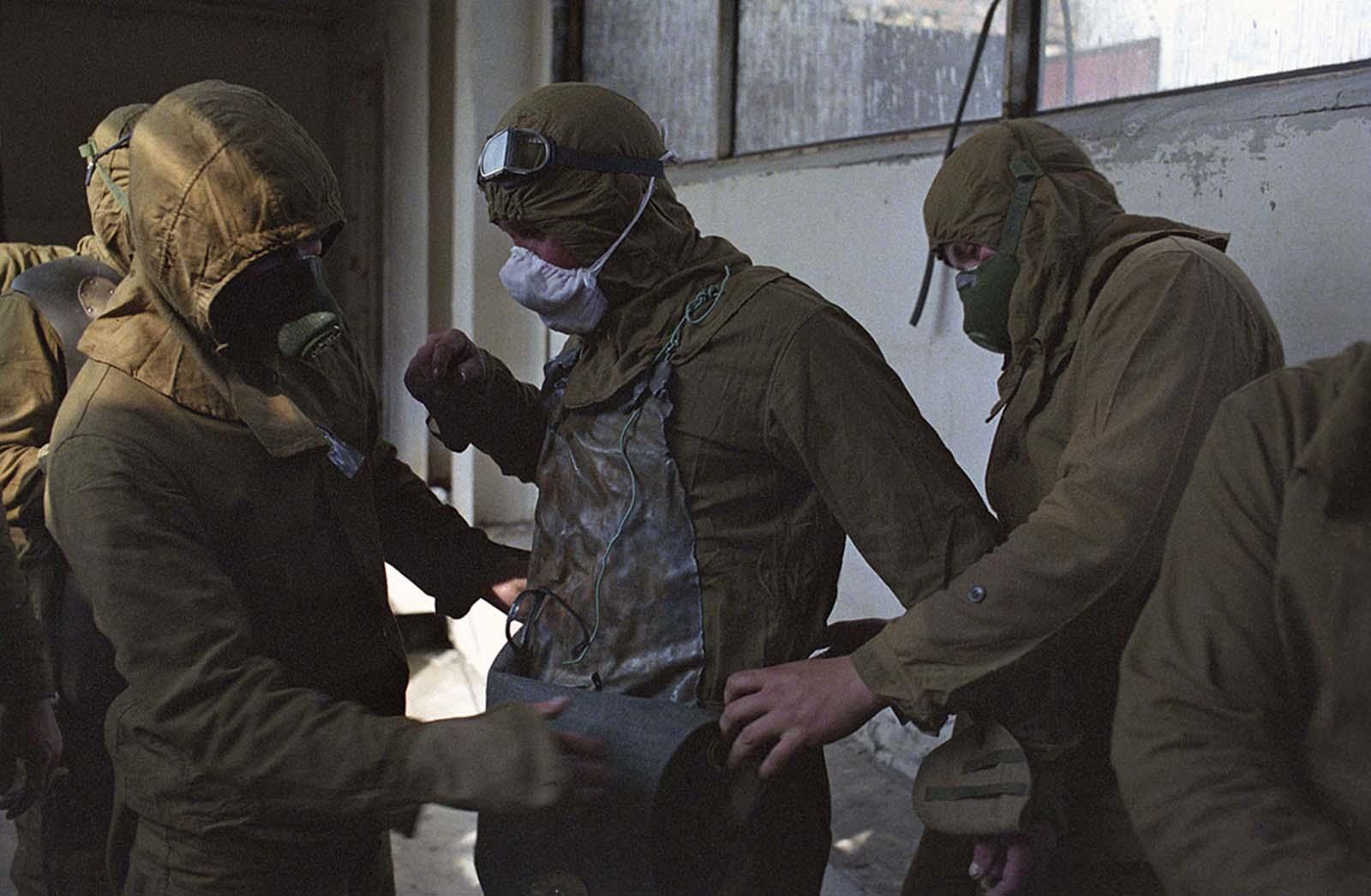 La mayoría de los liquidadores eran reservistas de entre 35 y 40 años que fueron llamados para ayudar en las operaciones de limpieza o aquellos que se encuentran actualmente en el servicio militar en unidades de protección química. El ejército no tenía uniformes adecuados adaptados para su uso en condiciones radioactivas, por lo que aquellos alistados para realizar trabajos en el techo y en otras zonas altamente tóxicas se vieron obligados a remendar su propia ropa, hecha de láminas de plomo y de dos a cuatro milímetros de espesor. . Las láminas se cortaron al tamaño para hacer delantales para usar debajo de la ropa de algodón y se diseñaron para cubrir el cuerpo por delante y por detrás, especialmente para proteger la columna vertebral y la médula ósea.