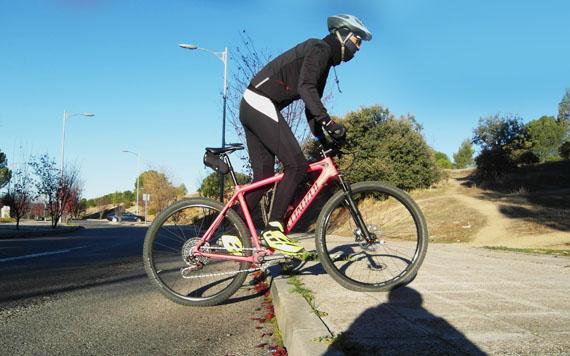 Cómo subir un escalón con la bici