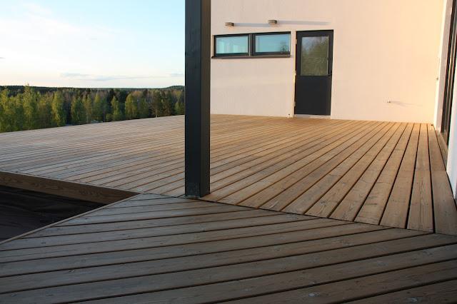 Puuta ja kiveä -raksablogin harmaaksi tuleva terassi