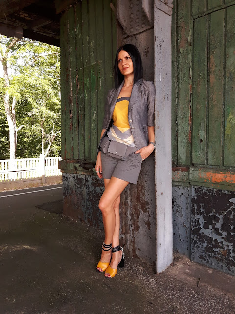 grey and yellow color outfit and pocket belt