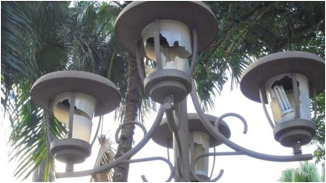 Lampu taman hias di Taman Ahmad Yani Medan kacanya pecah, perlu perawatan segera