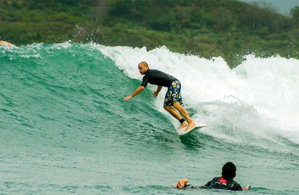 Surfing di Pantai Kuta Lombok