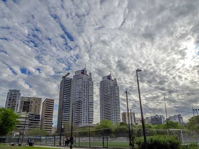 Paisaje con dos torres y cielo nuboso