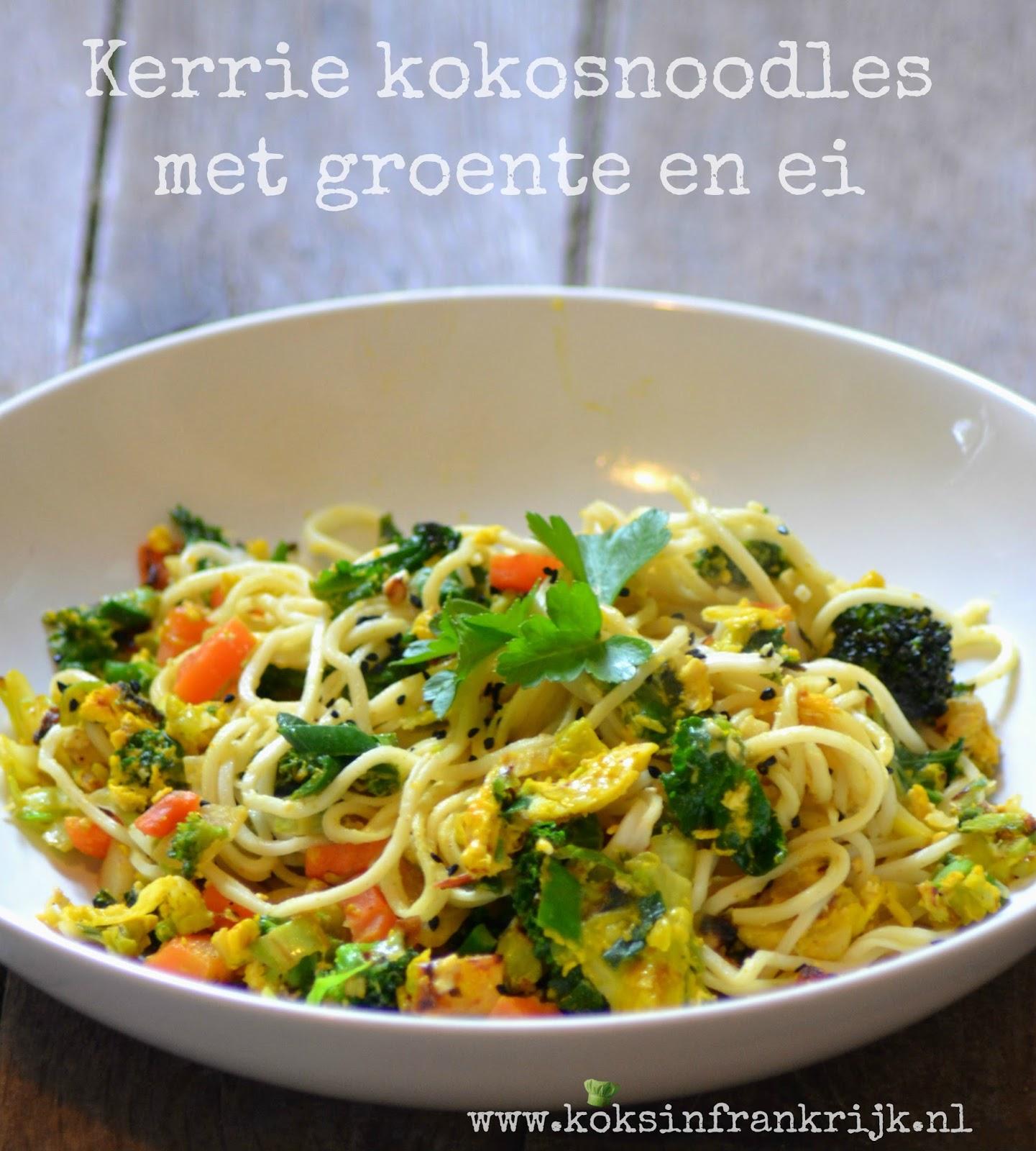vegetarische noodles met kerrie, kokos en ei