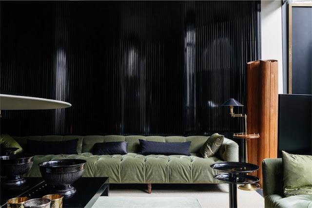 pared del salon panelada con madera negra chicanddeco
