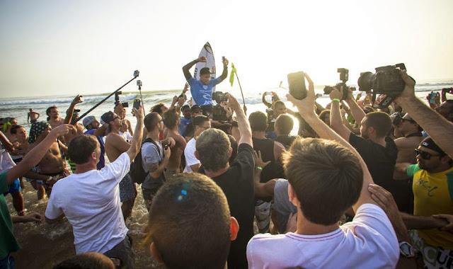 2 2014 Moche Rip Curl Pro Portugal Mick Fanning AUS Foto ASP Damien Poullenot Aquashot