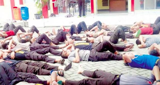 78 Polis Di Hukum Berbaring Tengah Panas Kerana Tak Solat