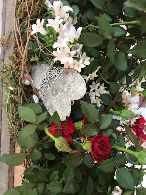 Tischblumen, Steingarten, Trachtenhochzeit in den Bergen, Dunkelrot und Creme, Rosen, Dirndl, Maihochzeit, Riessersee Hotel Garmisch-Partenkirchen, Bayern, Mountain wedding in Bavaria