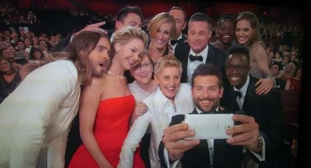 """Un selfie orquestado en los Premios 86 de la Academia """"Los oscares"""" por la conductora de  televisión Ellen DeGeneres"""