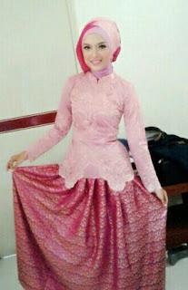 Kebaya Wisuda Warna Pink
