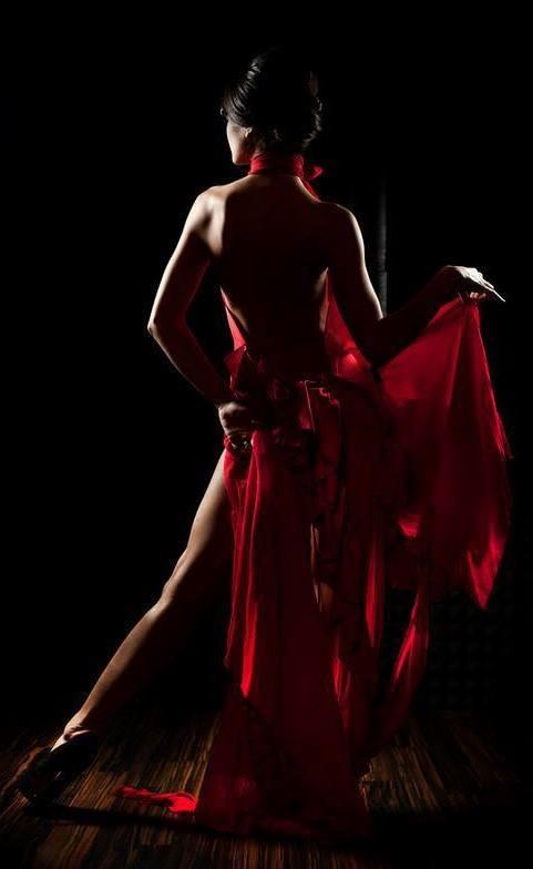 Sous sa robe rouge