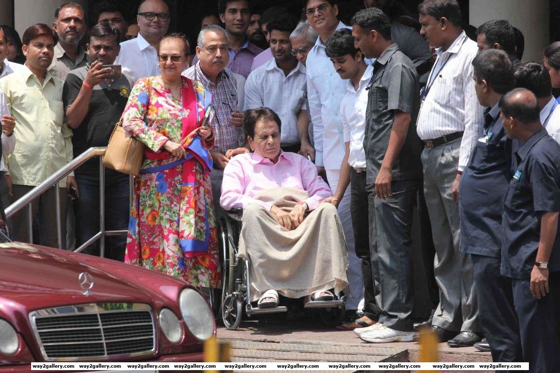 Veteran actor Dilip Kumar leaves Lilavati Hospital
