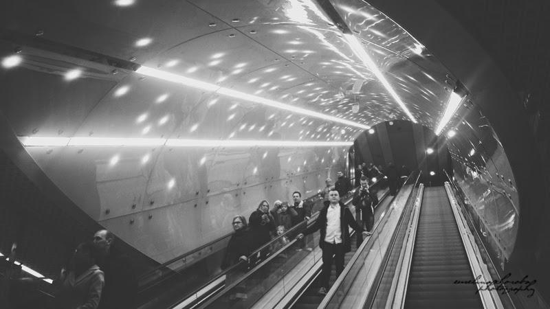 Metro Świętokrzyska, Warszawa, ludzie, schody, kosmos,