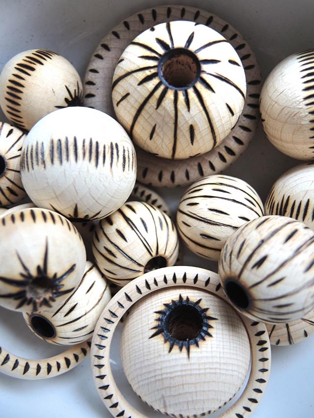 tip: macramé plantenhangers met kralen die werden gedecoreerd met een houtbrander/macramé plant hanger with wood burnt beads