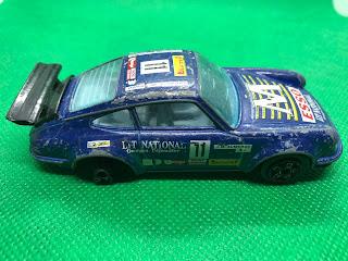 ポルシェ 911 のおんぼろミニカーを側面から撮影