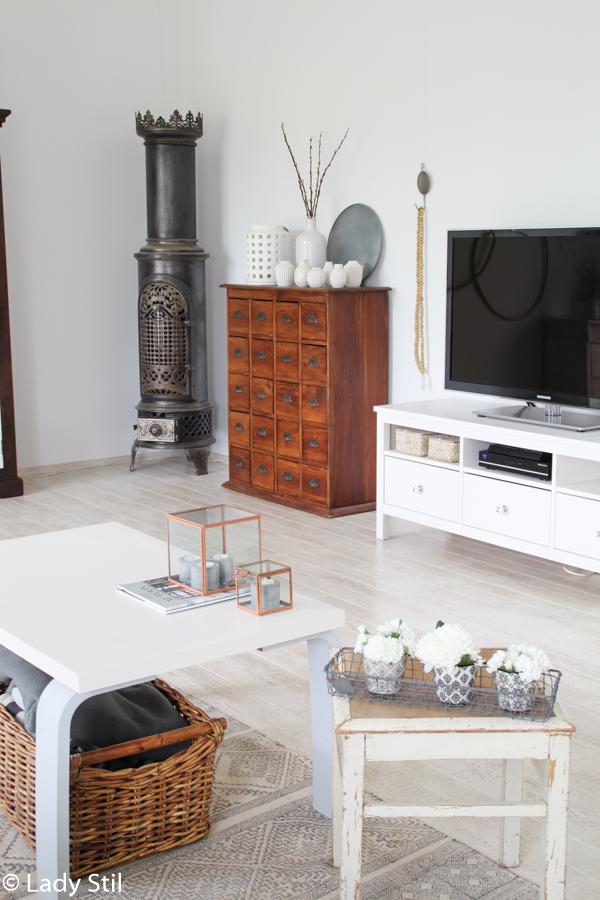 Blick ins Wohnzimmer mit TV Möbel von Ikea und antikem skandinavischem Königinnenofen
