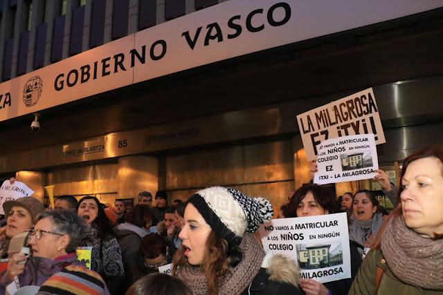 protesta de familias y trabajadores de La Milagrosa ante Gobierno Vasco