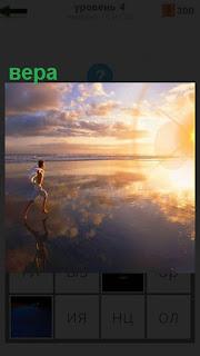 Бежит парень навстречу солнечным лучам с верой в будущее