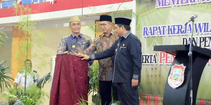Menag Lukman bersama Plt Gubernur Gorontalo dan Bupati Gorontalo menekan tombol sirine pada Pencanangan Kota Limboto sebagai Madinatul Ilmi.