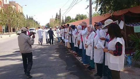 أساتذة اشتوكة يرتدون الوزرة ويحرقون طلبات المشاركة في الحركة
