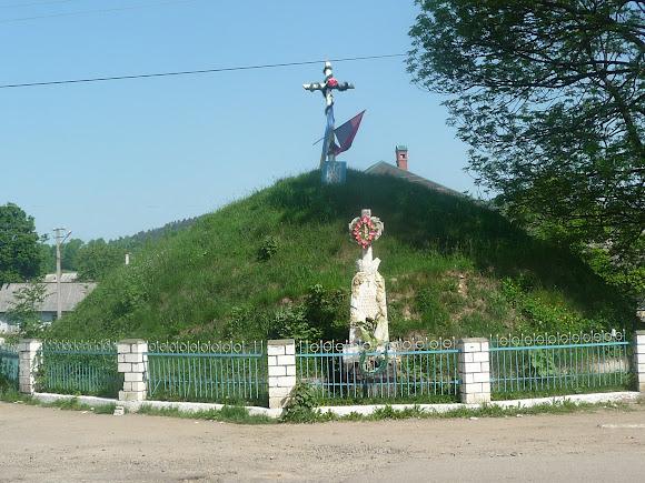 Тисов. Памятник Борцам за волю Украины, крест Украинским Сечевым Стрельцам.