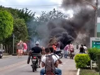 Em Cuité , Manifestantes interditam BR 104 próximo a posto de combustíveis