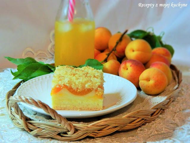 Drobenkový koláč s pudingom a marhuľami