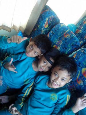 anak-anak naik bis