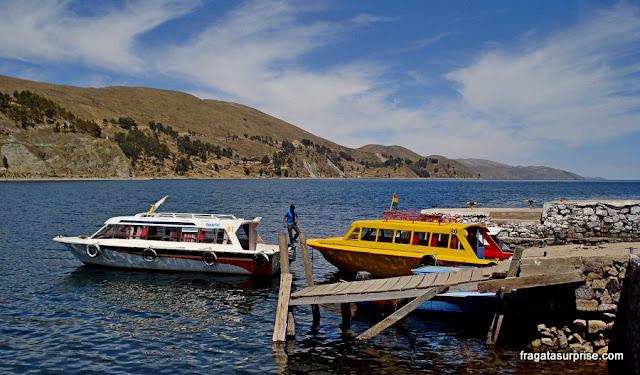 barcos que fazem a travessia do Estreito de Tikina, no Lago Titicaca, Bolívia