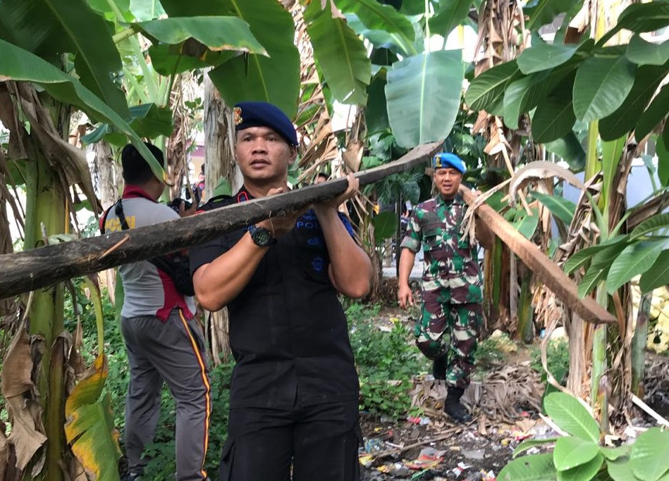 TNI-POLRI dan Pemerintah di Bone Terus Perlihatkan Kekompakannya, Kali Ini Kompak Bantu Warga Tak Mampu