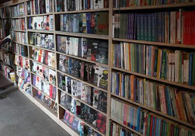 Basureros crearon una biblioteca a partir de libros tirados