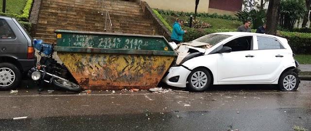 Ônibus bate contra carro estacionado e mulher é socorrida ao hospital