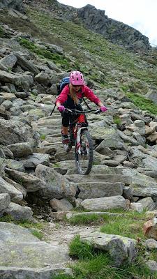 Technisch schwere Stelle mit dem Mountainbike im Ötztal, Wetterkreuzkogel