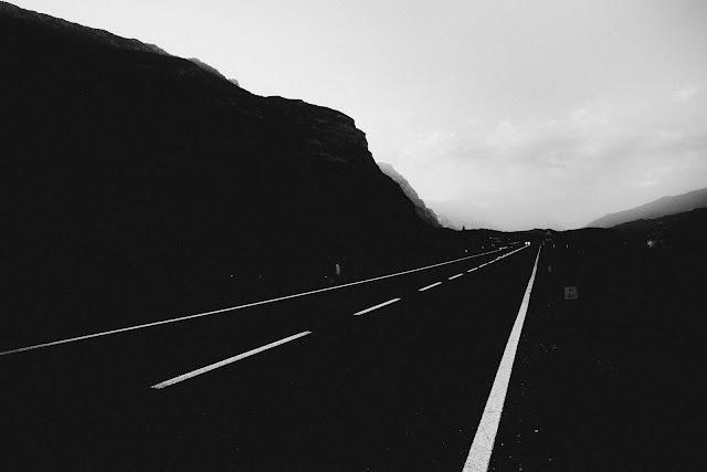 Droga. Czarno-biała fotografia. Arco, Trento, Włochy .fot. Łukasz Cyrus