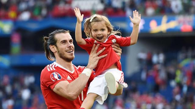 Le buteur du pays de Galles, Gareth Bale, célébrant avec sa fille