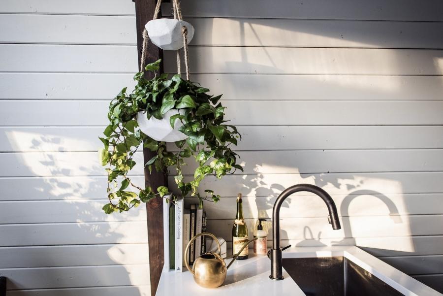 Skandynawski dom z elementami boho - wystrój wnętrz, wnętrza, urządzanie mieszkania, dom, home decor, dekoracje, aranżacje, minty inspirations, styl skandynawski, naturalne drewno, drewniana podłoga, boho, scandinavian style, otwarta przestrzeń, kuchnia, kitchen, aneks kuchenny, drewniane belki
