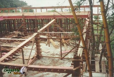 Já com a primeira laje executada e fazendo as caixarias de madeira dos pilares de concreto e das vigas de concreto sendo 4 suítes na parte inferior e 4 suítes na parte superior.