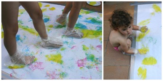 Manualidad infantil, pintar papel embalar burbujas