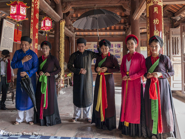 Cantantes de Quan Ho al fin de la representación - Vietnam por El Guisante Verde Project