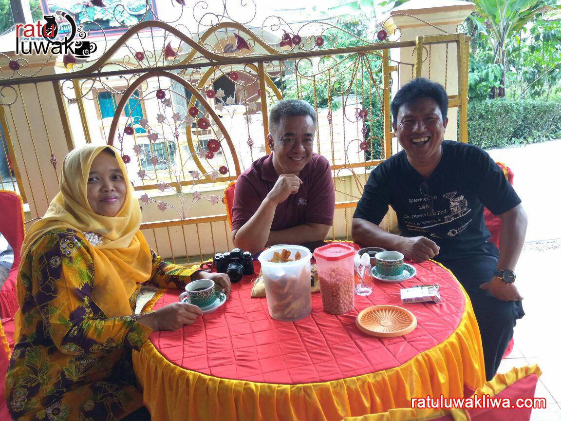 Toni Wahid Berkunjung dan Nikmati Kopi Ratu Luwak Liwa