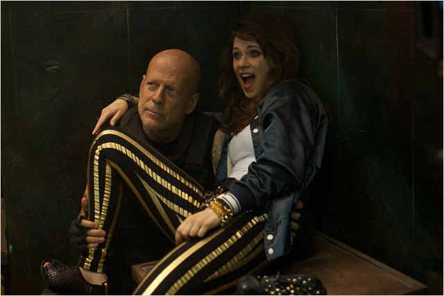"Bruce Willis y Zooey Deschanel en ""Rock the Kasbah"""