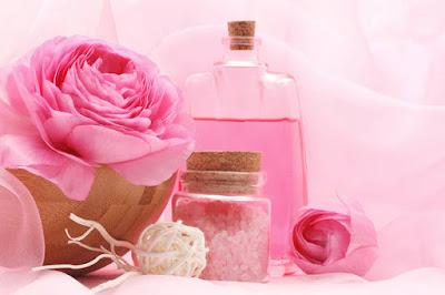 Cách làm trắng da tại nhà bằng nước hoa hồng