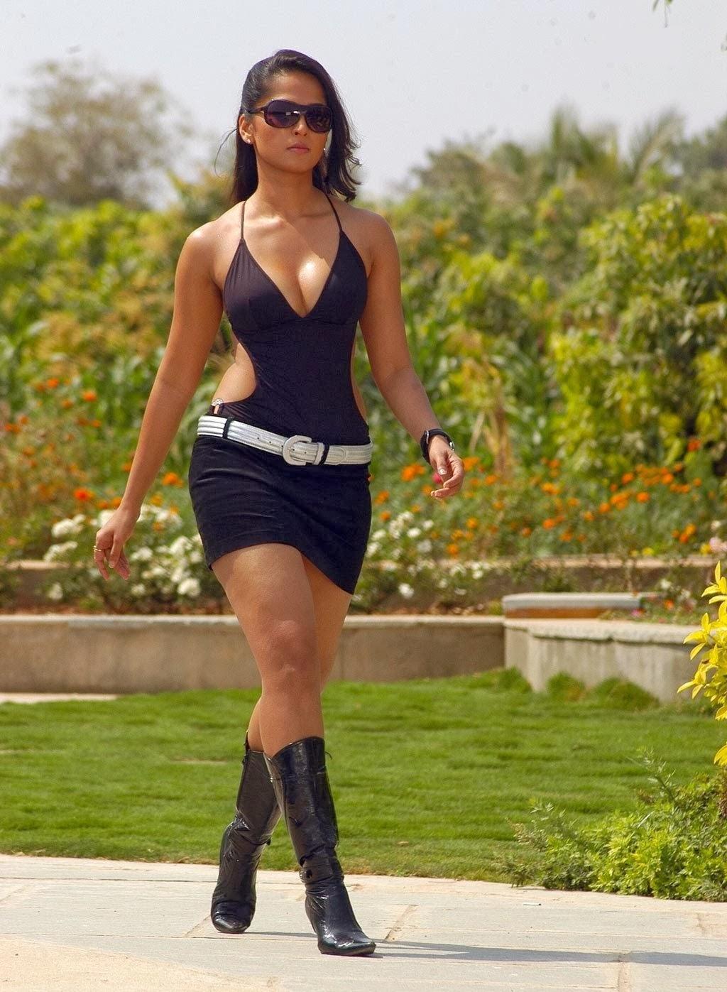 Anushka Shetty Sexy Figure Show In Black Dress In Telugu -7302