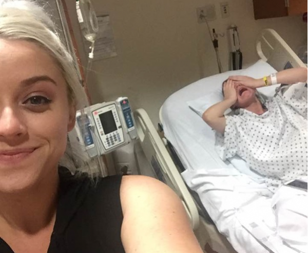 صورة| سيلفي غريبة لفتاة مع شقيقتها أثناء الولادة تشعل الإنترنت إليكم ماذا فعلت هذه الفتاة وما قصة السيلفي الغريبة